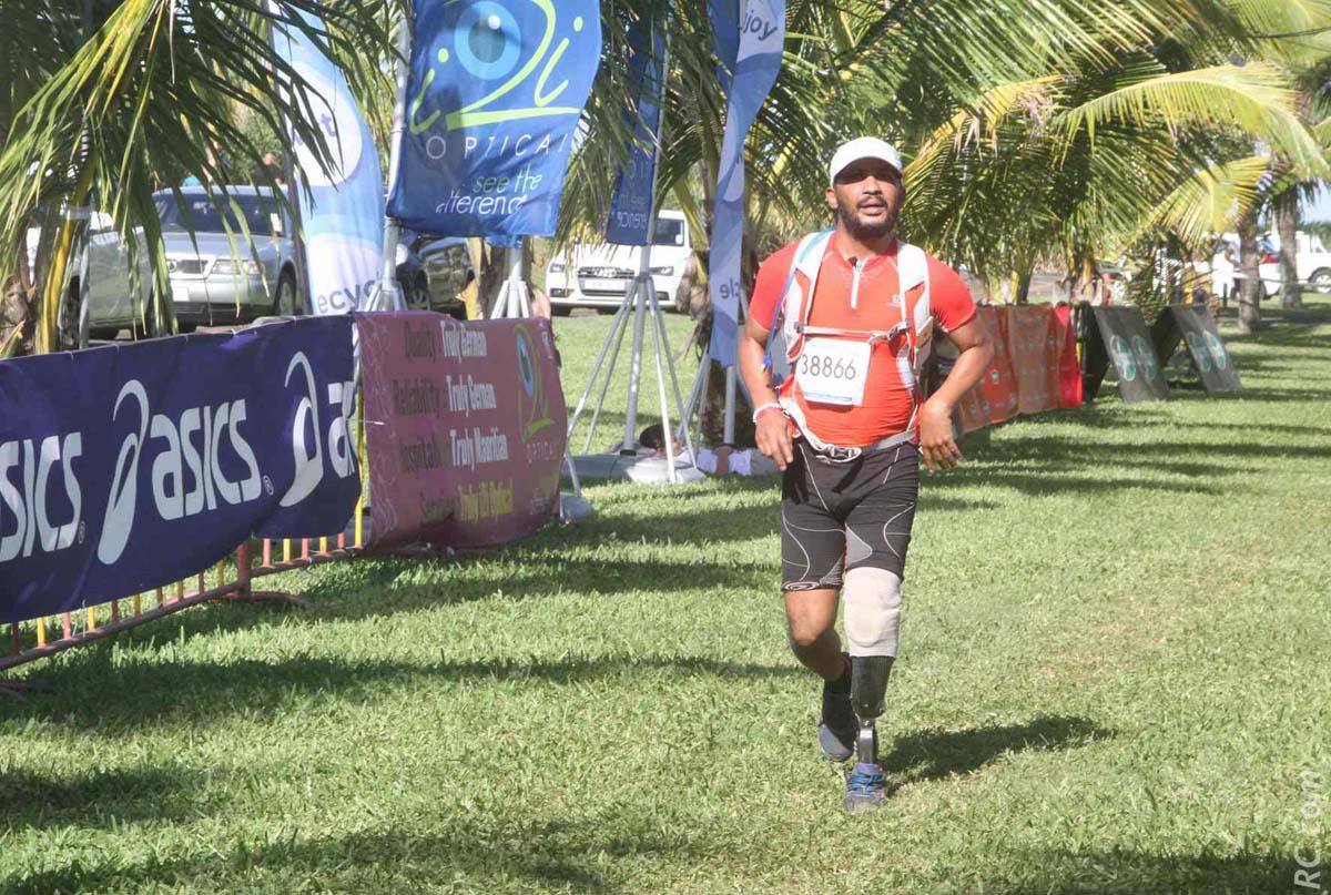 Notre humoriste pëi, Lino Rasolonirina a bouclé ses 35 km en 7h 43' 11'', avec les félicitations de Annie Amacouty du Comité Départemental Handisport
