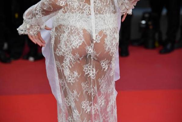Sara Sampaio en robe string à Cannes