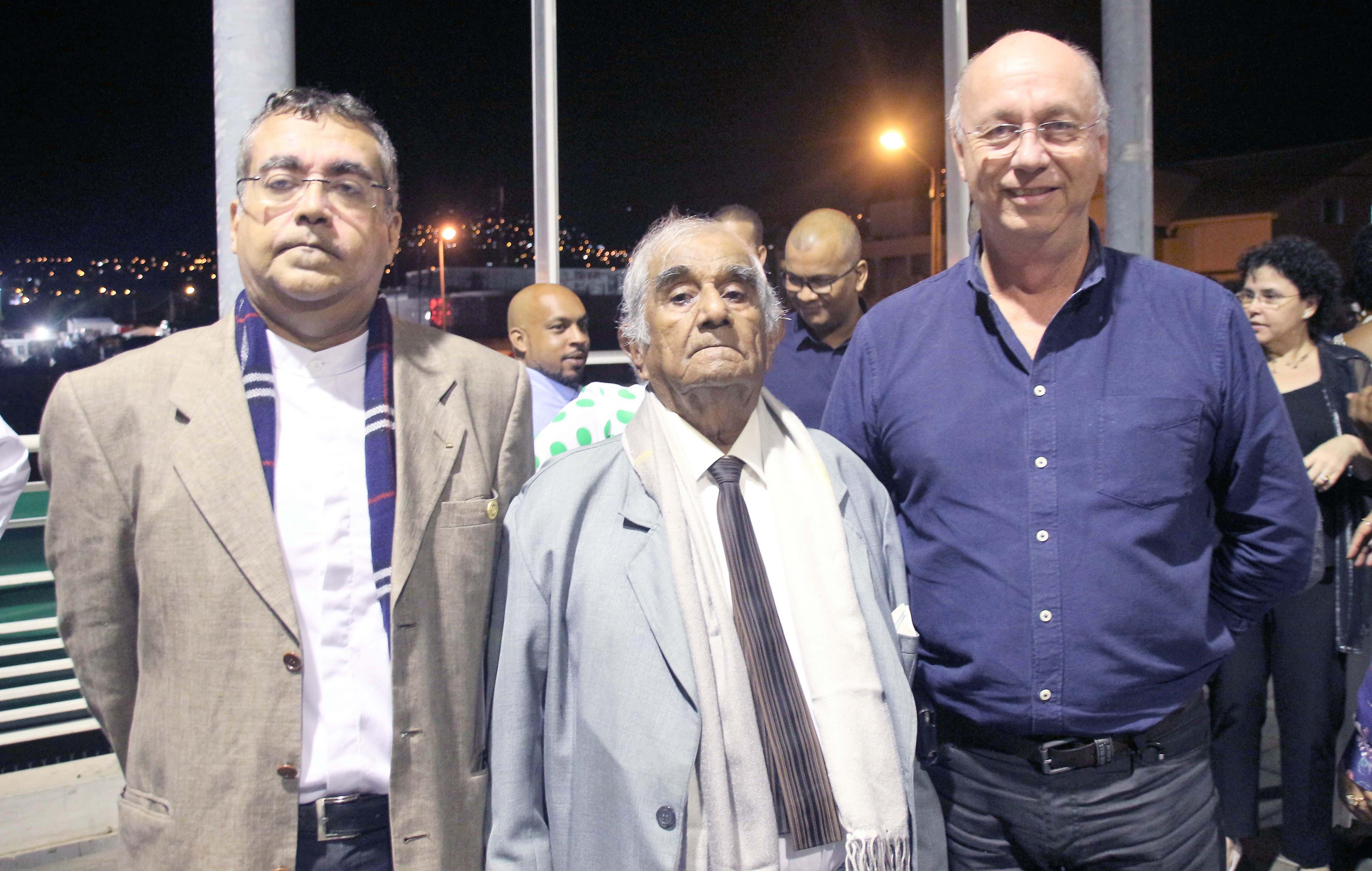 Monsieur Varondin, ancien administrateur Groupama, entouré de son fils Jean-Baptiste et de Didier Foucque, président Groupama Sainte-Clotilde
