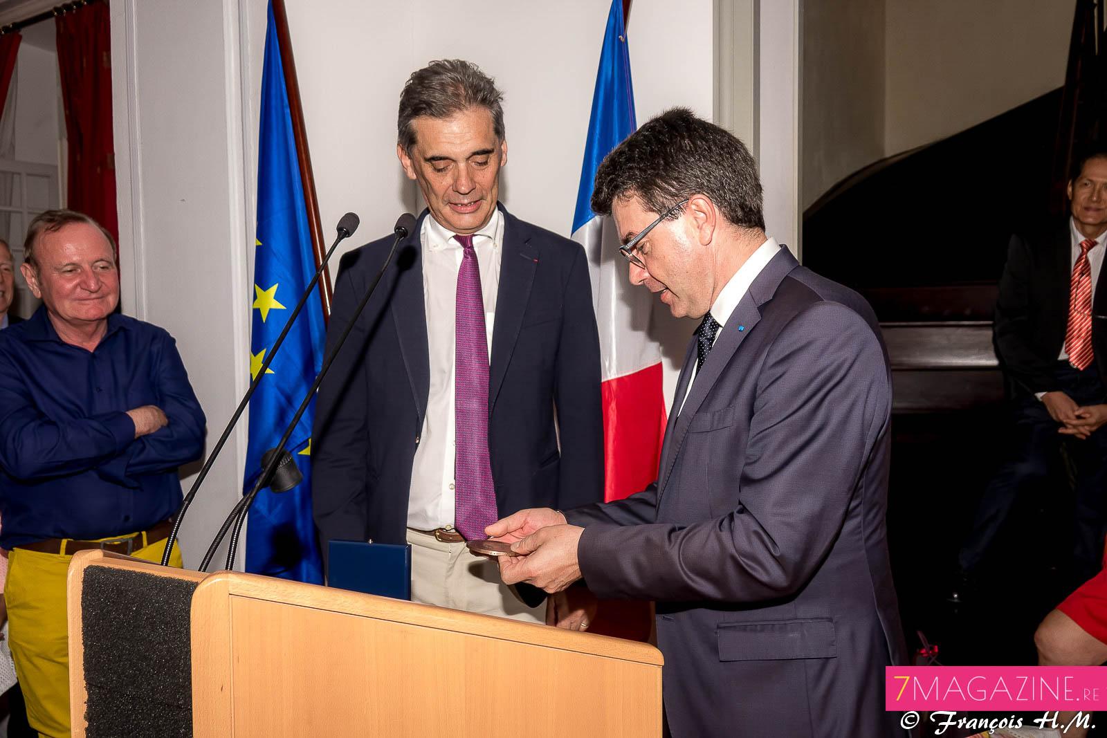 Maurice Barate, secrétaire général de la Préfecture, a remis un présent à l'ex-Préfet