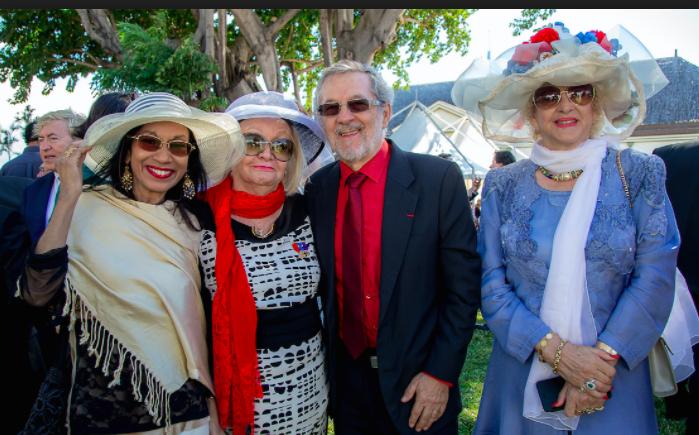 Madame Aude et Carmen Allié, en bleu ici, avec le couple Vaxelaire, Patricia et Daniel