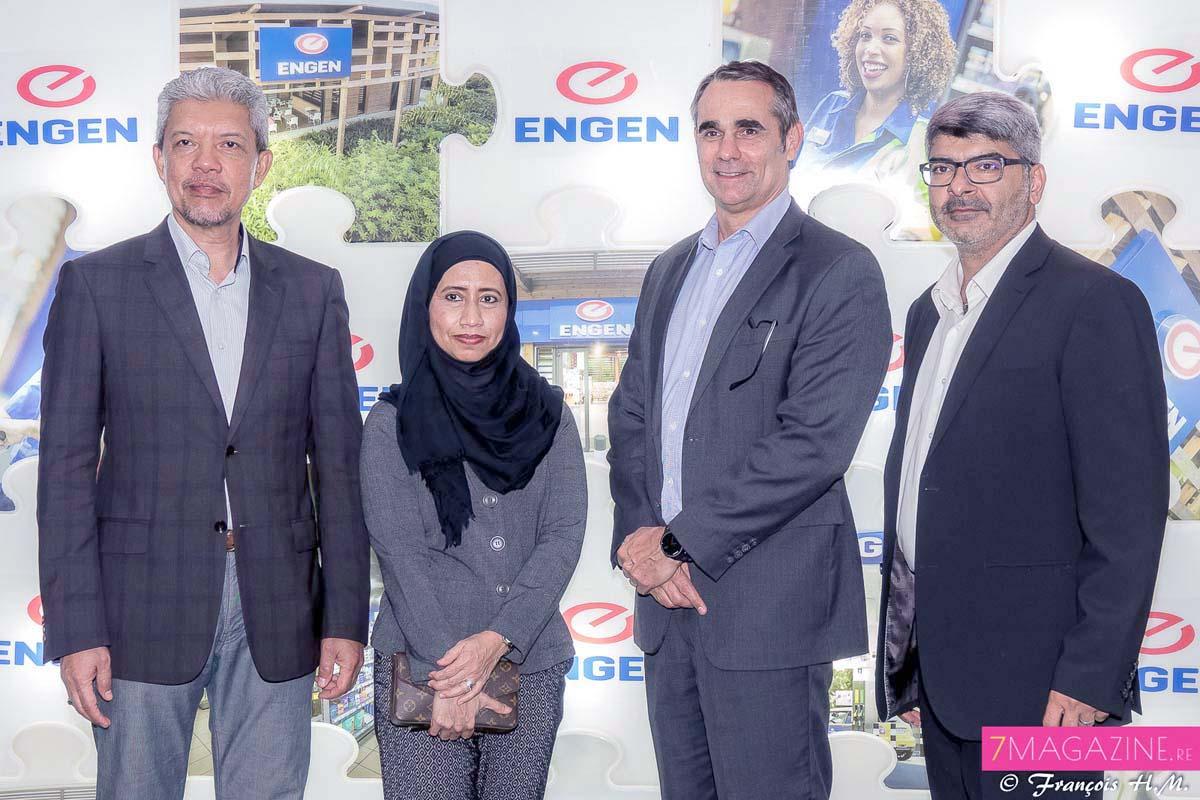 Datuk Mohd Farid Adnan, directeur général d'Engen Petroleum Ltd et son épouse, Drikus Kotze, directeur général du service Commerce international Engen Petroleum Ltd, et Goulam Akbaraly gérant de la station Engen Ligne Paradis