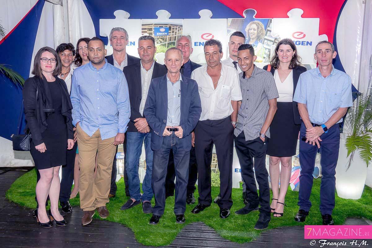 Une partie de l'Equipe Engen Réunion, et les représentants des sociétés ECRA OI, ETP, BMR, CFC qui ont participé à la conception de la station Engen Beauséjour