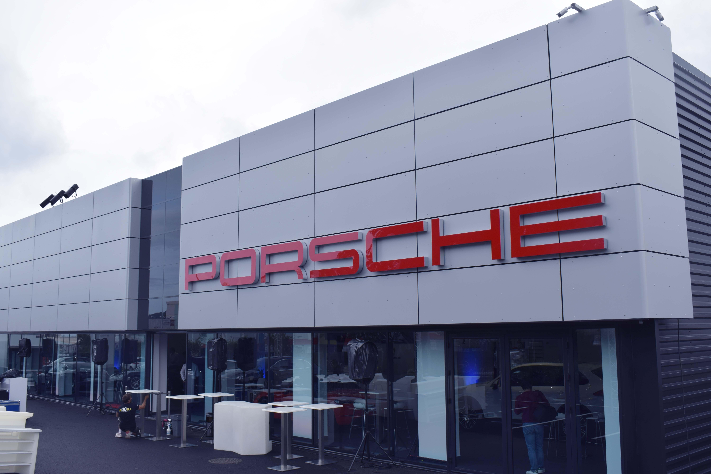 Le Centre Porsche est situé à côté de la concession Peugeot du Chaudron