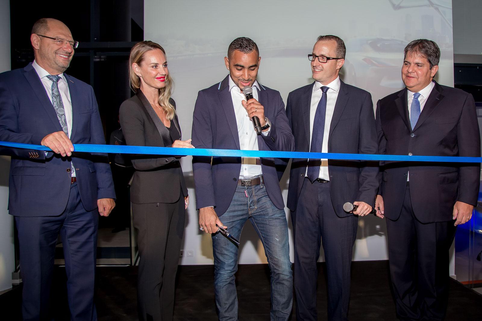 Dimitri Payet a coupé symboliquement le ruban, entouré des responsables allemands du Groupe BMW et du Groupe Leal