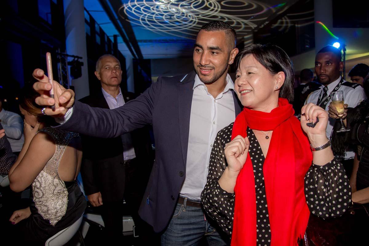 Même Guo Wei, la consule générale de Chine voulait son selfie avec Dimitri!