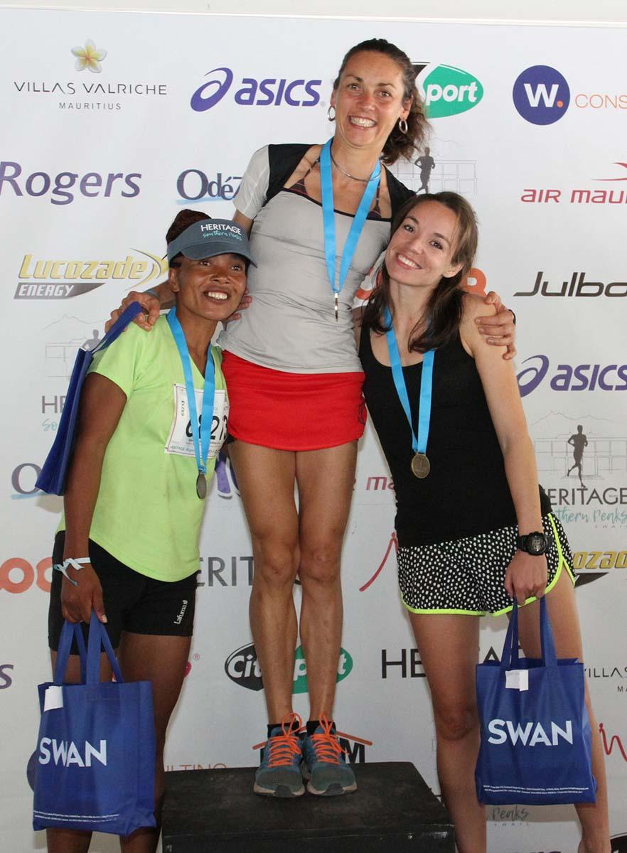 Claire Nedellec sur la plus haute marche du podium des 42km