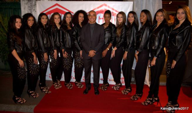 Johnny Hospital gérant de King Barbecue entouré des candidates à Miss Réunion 2017