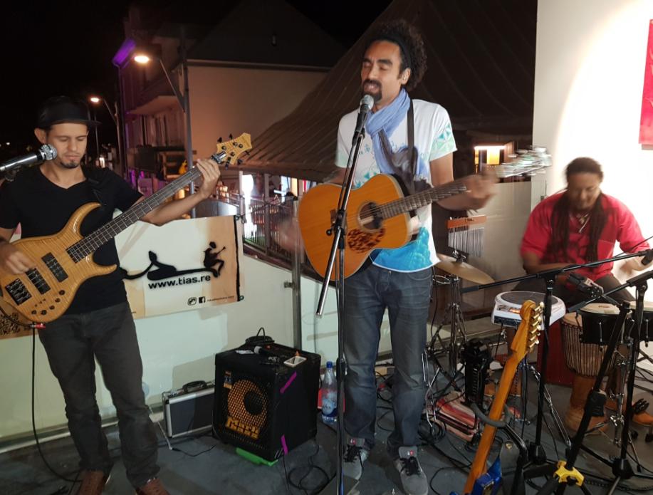 Le chanteur Tias, accompagné de son groupe, a su enchanter les invités avec les chansons de son nouvel album