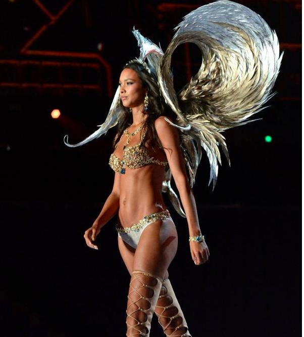 L'ange de Victoria's Secret a mis le feu avec son Fantasy Bra