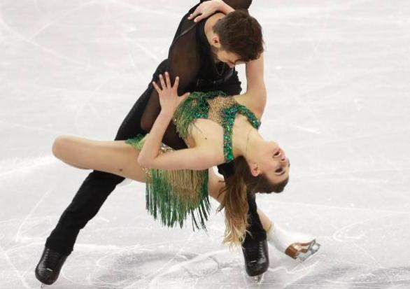 Cauchemar sur la glace : le costume de la Française laisse échapper un sein !