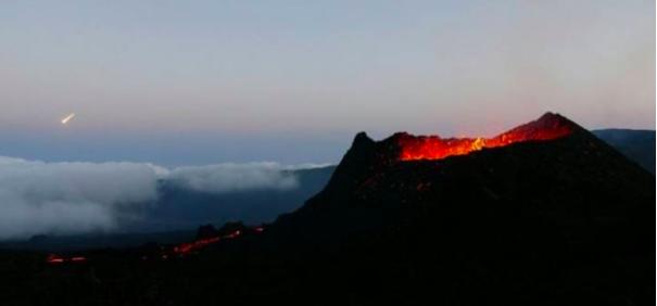 Quand un météore passe devant le Piton de La Fournaise en éruption