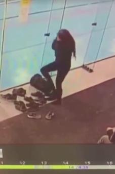 [VIDEO] Elle s'écrase 3 fois contre la vitre !