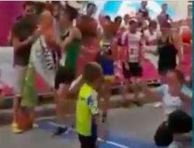 L'exploit de Carlos le petit garçon handicapé salué par Will Smith : un buzz du courage !