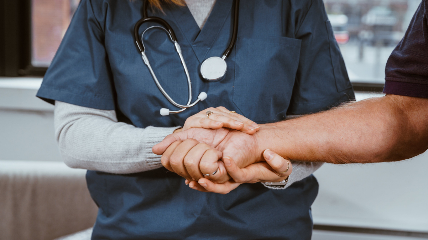Testée positive, une infirmière italienne se suicide !