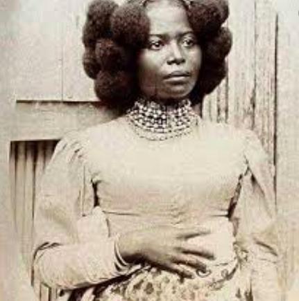 Les magnifiques coiffures malgaches des femmes Betsimisarakas