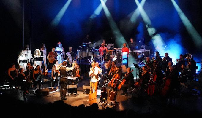 Didier Robert salue la performance des musiciens et du chef de l'Orchestre de la Région avec l'artiste Davy Sicard