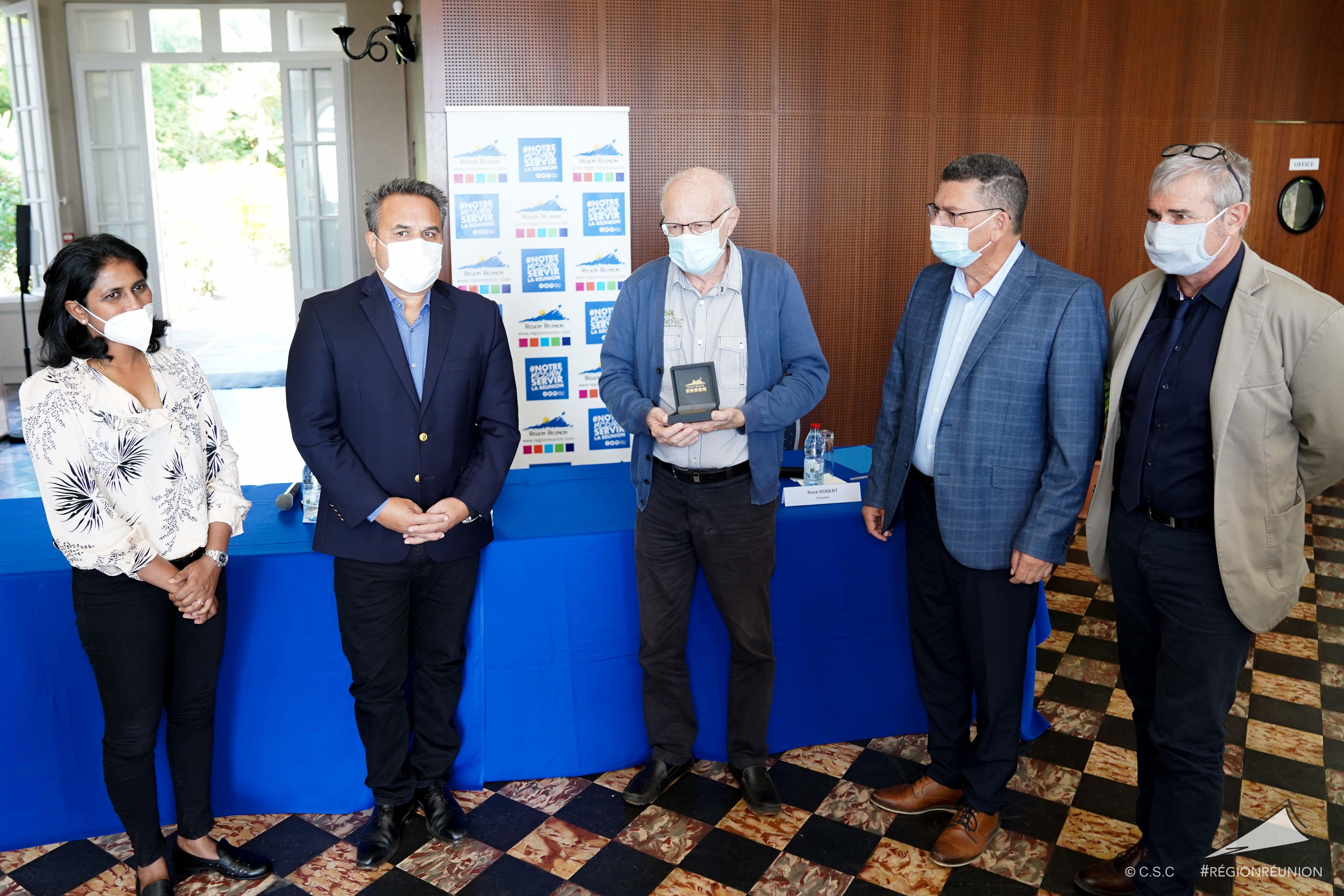 Didier ROBERT signe avec le Parc National une convention pour biodiversité à La Réunion