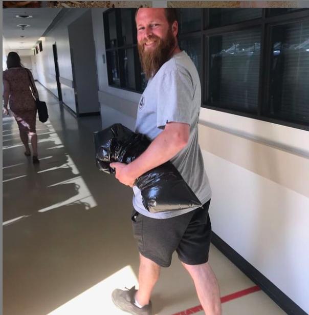 Marc Holmgren avac son bras sous le bras ! Capture Instagram Mark Holmgren