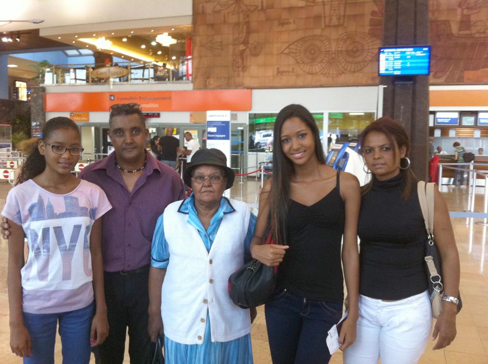 Raïssa à l'aéroport, accompagnée de ses parents, sa grand-mère et de sa soeur.