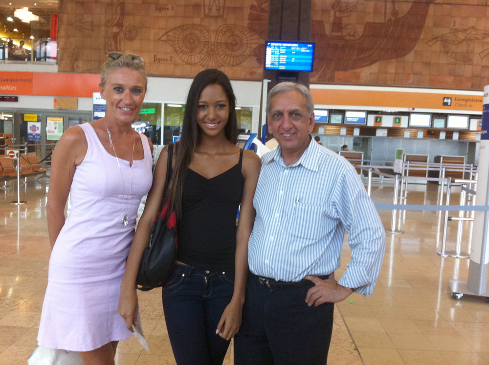 Raïssa à l'aéroport, accompagnée des représentants d' Elite Model Look Réunion, Catherine Ronin et Aziz Patel.