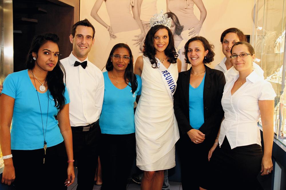 L'équipe des vendeuses d'OcéanOr en présence de Vanille M'Doihoma, Miss Réunion 2013,  et Bertrand Dones, responsable réseaux OcéanOr