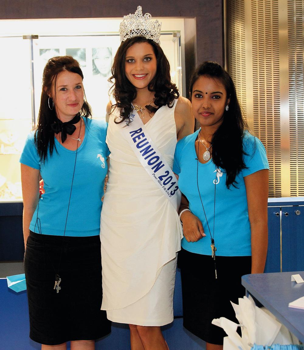 Ananda Fridman, et Julie Sheron, conseillères en vente  OcéanOr, en compagnie de Miss Réunion 2013