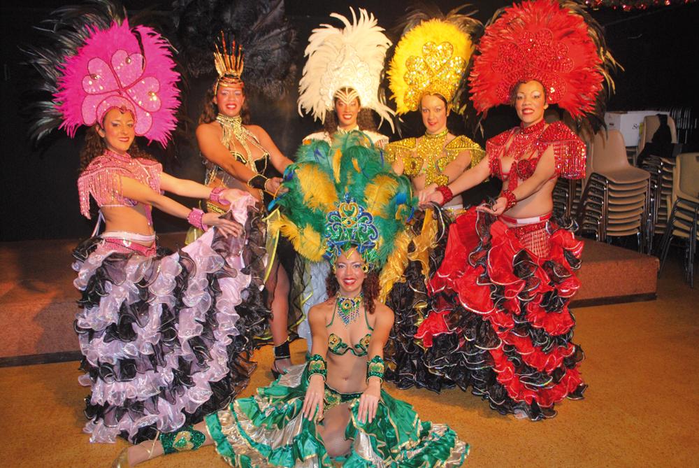 Ménina et son équipe présentent un spectacle haut en couleurs, ambiance assurée!