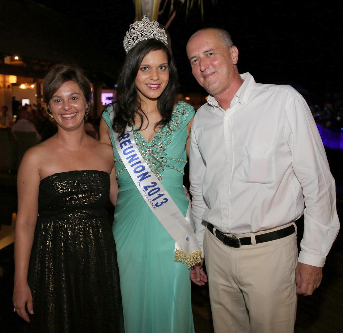 Miss Réunion, entourée de Johane Leone et Vincent Vergoz de Transcontinents Réunion