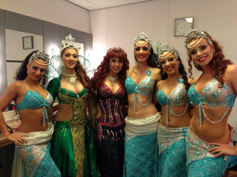Jillina et quelques danseuses de la troupe dont Acia (2ème à partir de la droite)
