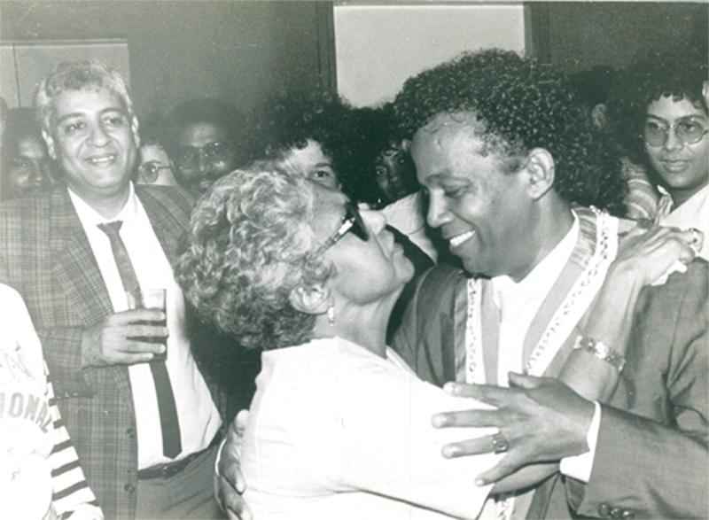 Avec sa mère lors de sa visctoire en 1989