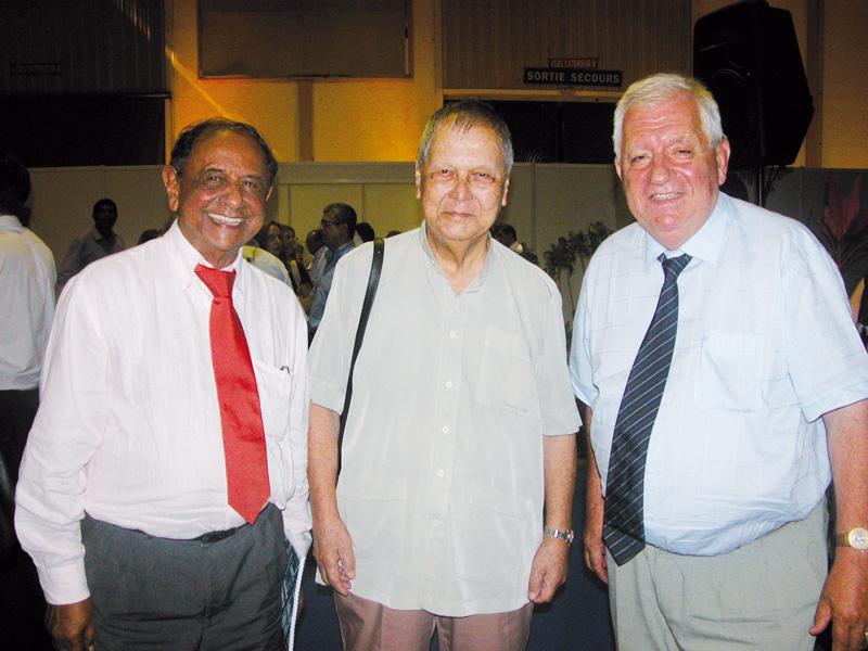 Abdéali Goulamaly, président du groupe Océanide, Paul Vergès, alors président de La Région Réunion, et Maurice Cérisola