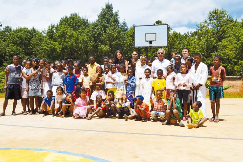 Vanille à Madagascar: Miss Réunion avec les enfants malgaches