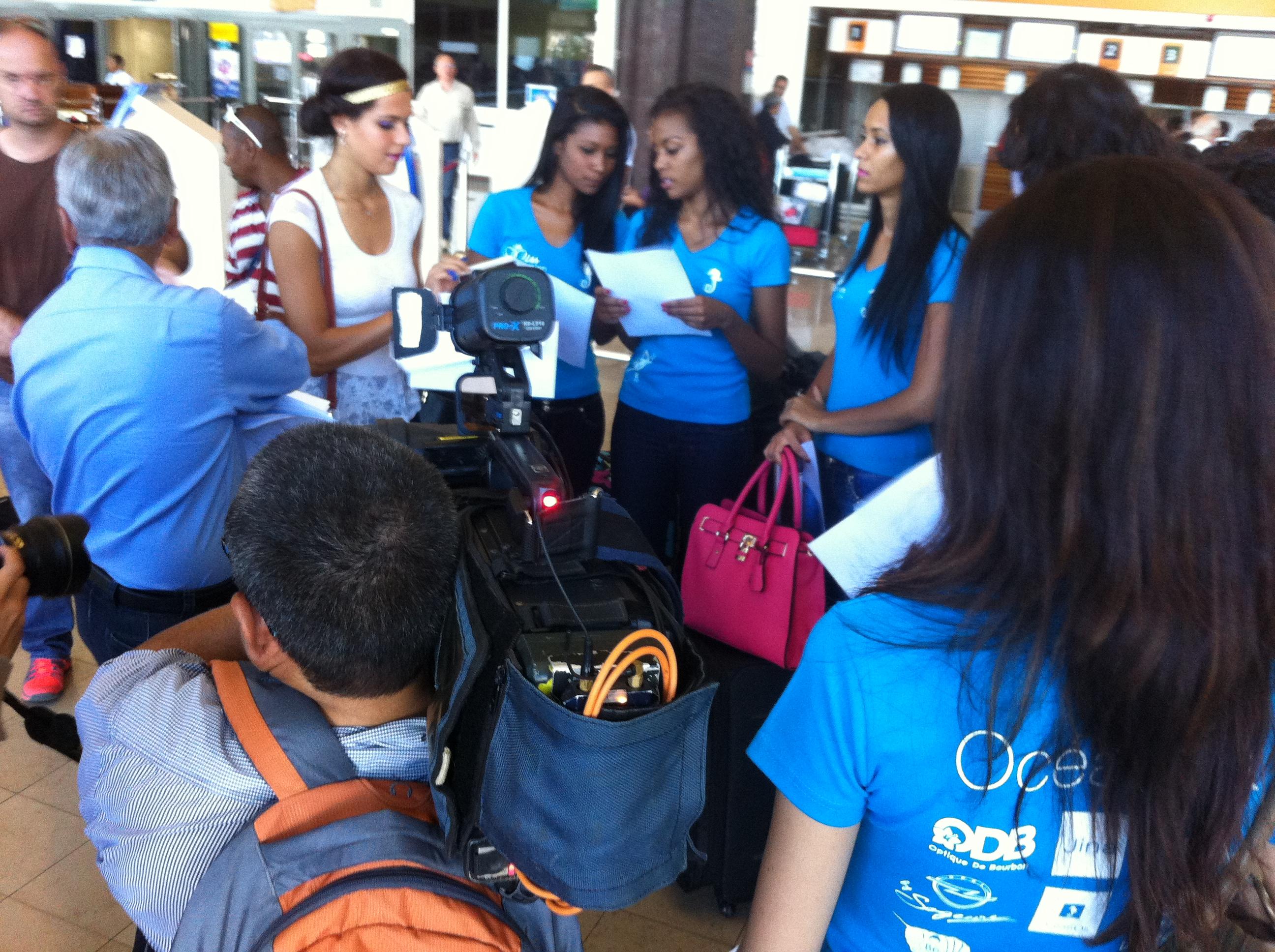 Aziz Patel et Vanille M'Doihoma distribuent les billets d'avion