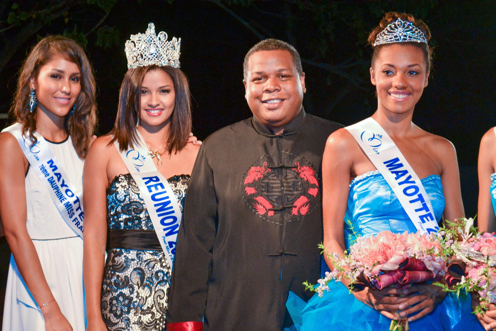 Le président du Conseil Général de Mayotte, Daniel Zaïdani, avec Elodie, ex-Miss Mayotte, et Ingreed Mercredi, Miss Réunion