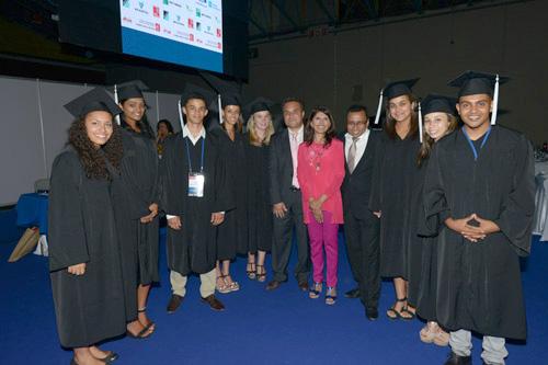 Didier Robert et Nassimah Dindar avec les élèves de l'EGC
