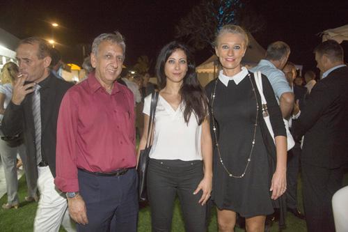 Myriam Tekouk, directrice financière du Casino de Saint-Denis, entourée de Aziz Patel et Catherine Ronin, de 7Magazine.re