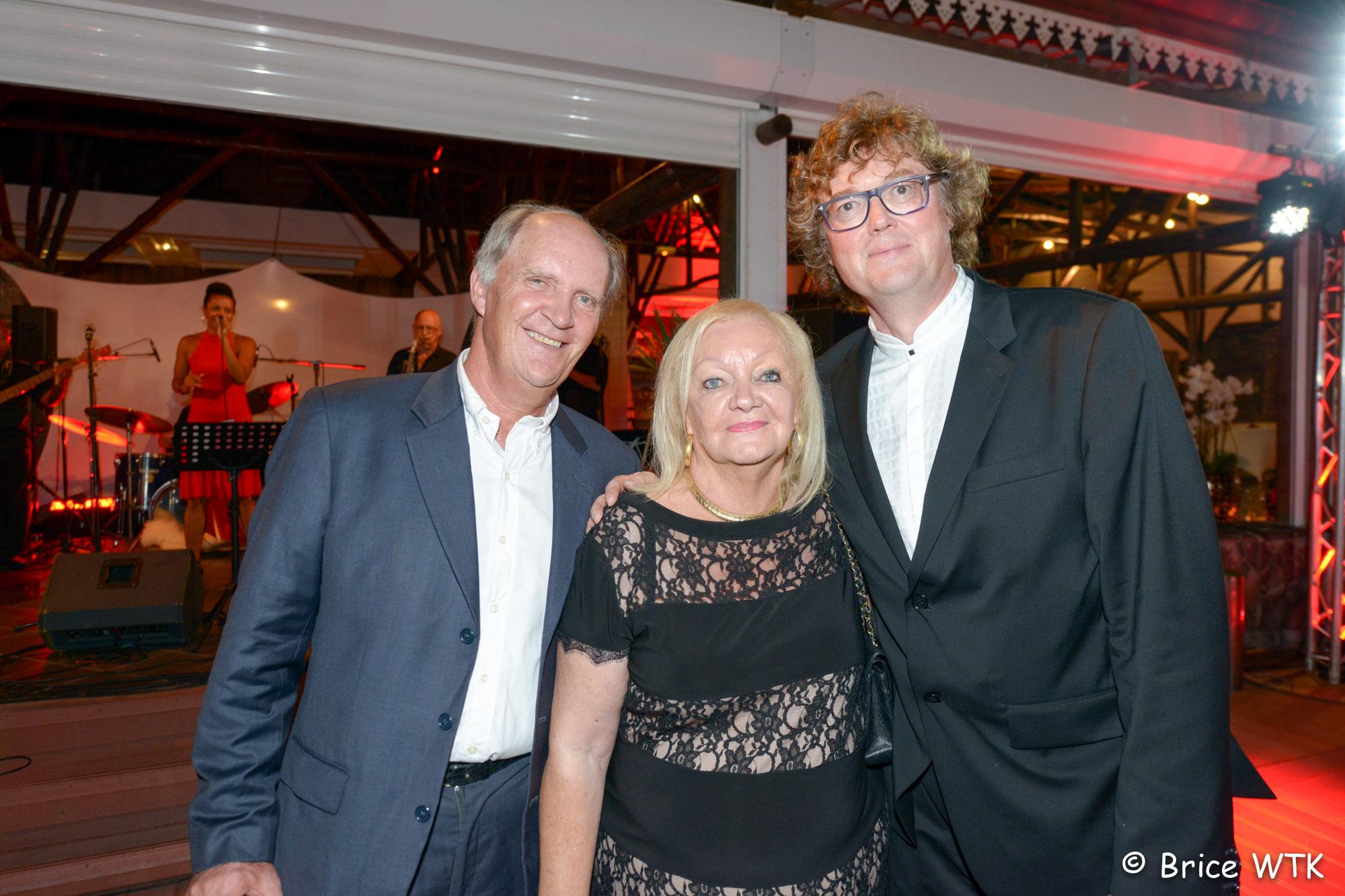 Madame Aude entre Bertrand Guillot et Eric Bouquillon, directeur régional d'Orange