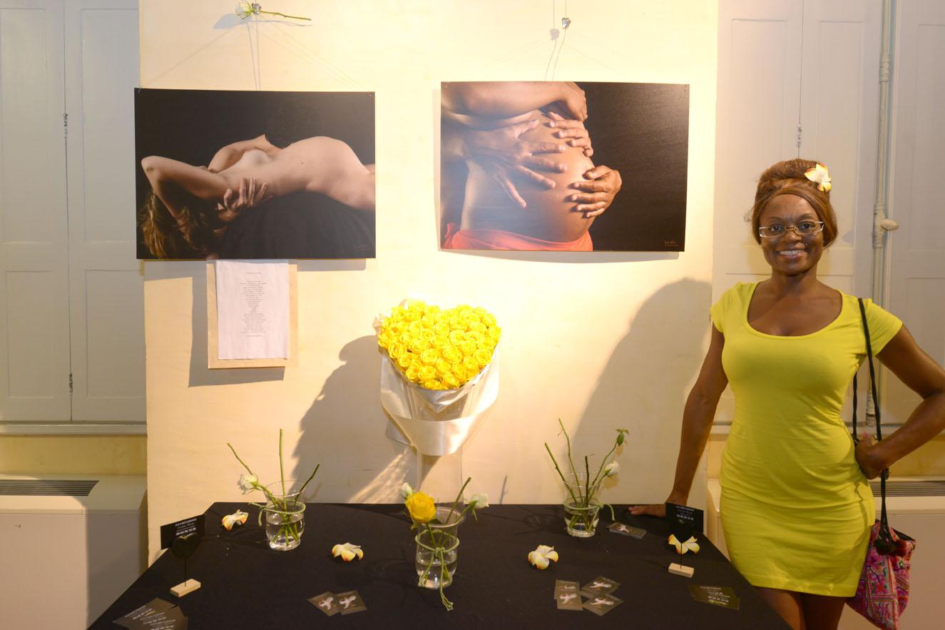 Guylène de GJ Créations qui a fait la scénographie florale de l'expo