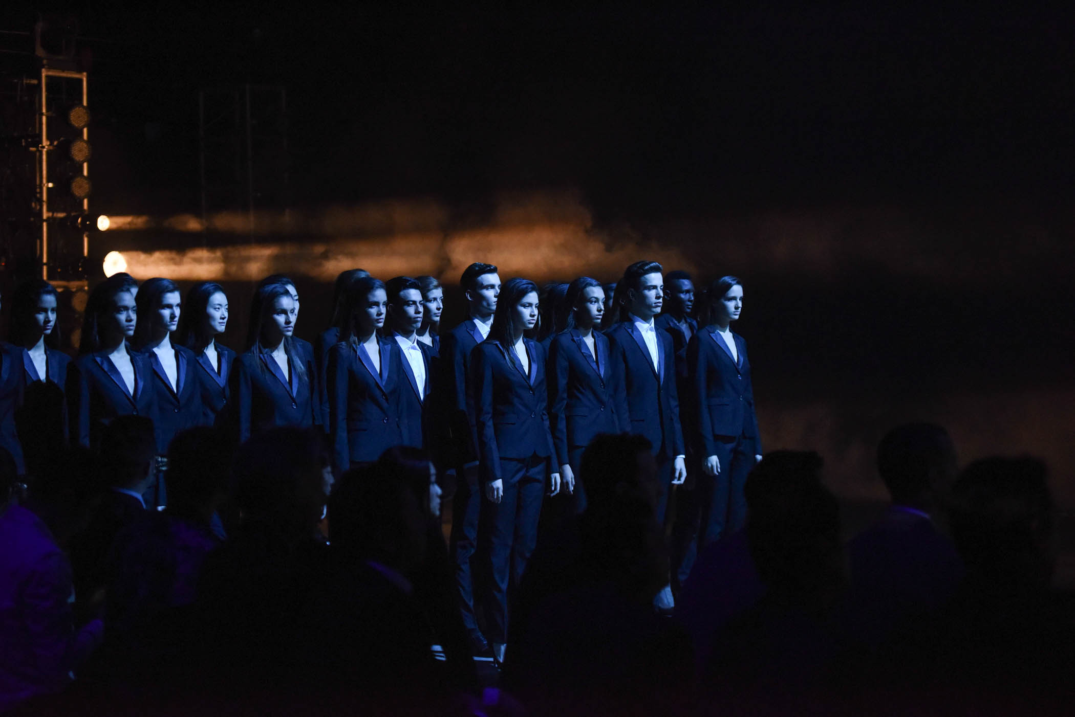 Très vite, il ne reste plus que 10 filles et 5 garçons, les autres candidats, smoking sobres encadrent la scène
