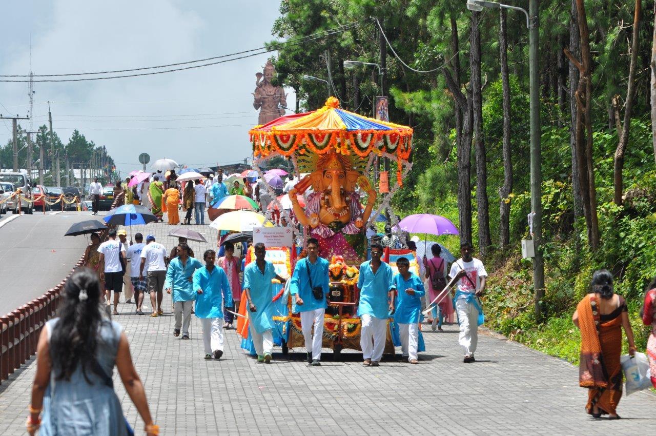 L'immense statue de Shiva veille à l'entrée du lieu sacré sur les fidèles qui affluent