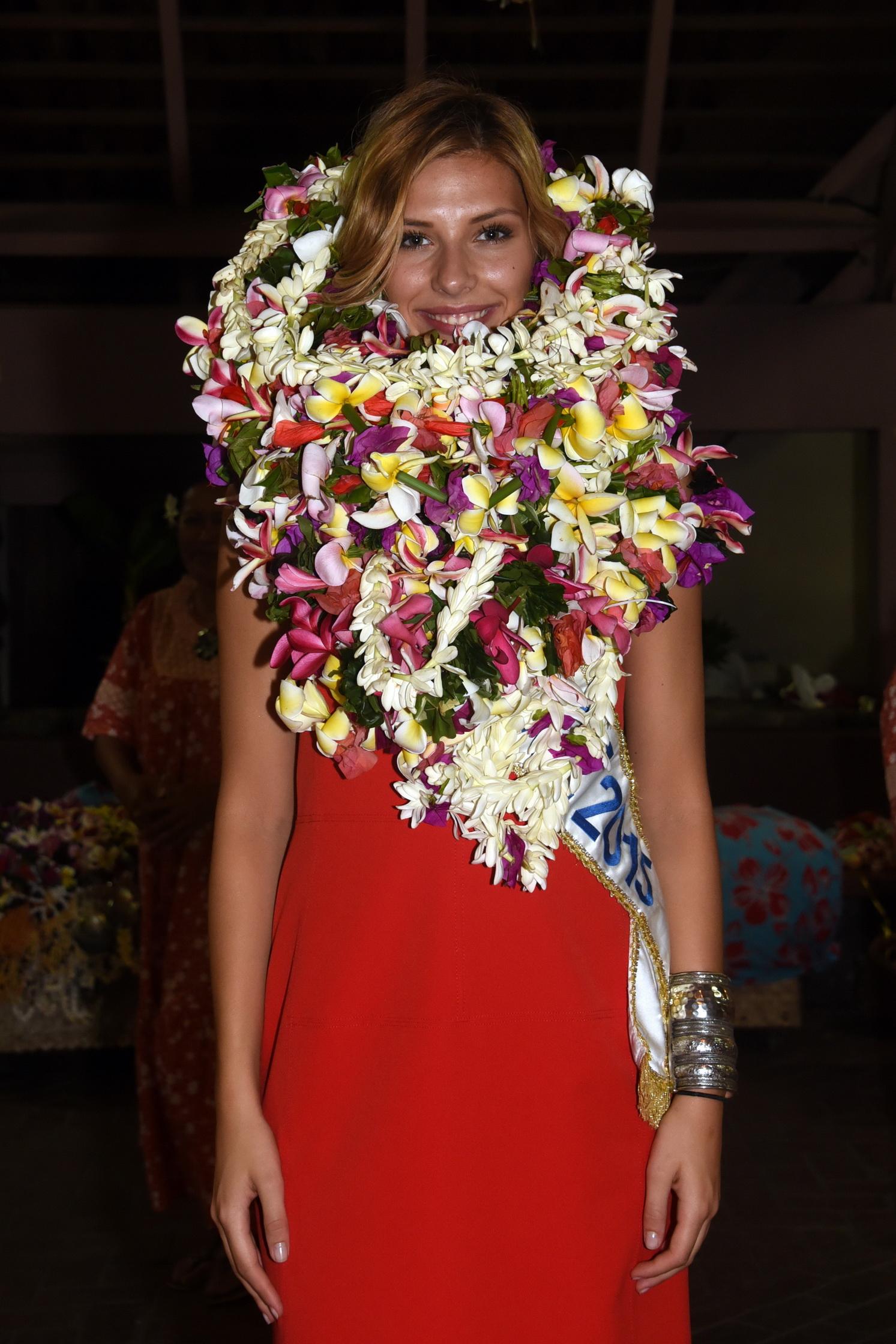 Qui se cache sous ces fleurs? Camille Cerf, Miss France, submergée par les colliers offerts!