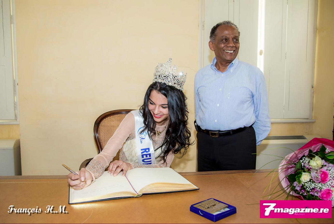 Signature du Livre d'Or de la ville de Saint-Denis pour Miss Réunion