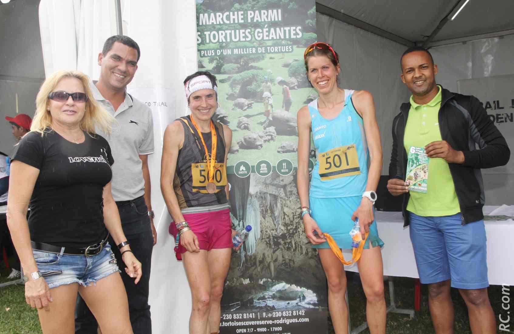 Arnaud Maunier présente le Trail de Rodrigues à Laura Orgue et Maïté Mairo, qui ont dominé les 25 km. Et ce devant les hommes!