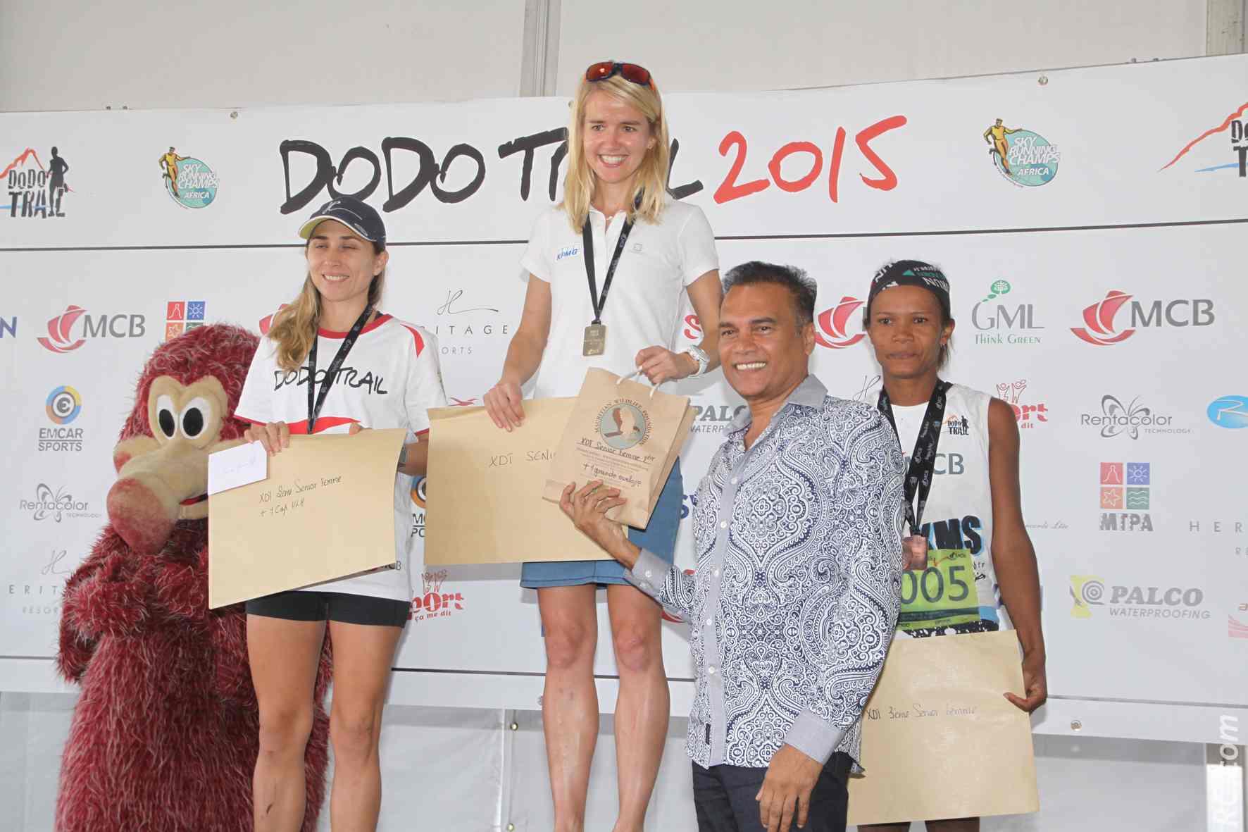 Les bravos de Karl Mootoossamy, chargé de mission tourisme, aux trois premières féminines de l'Xtrem Dodo Trail