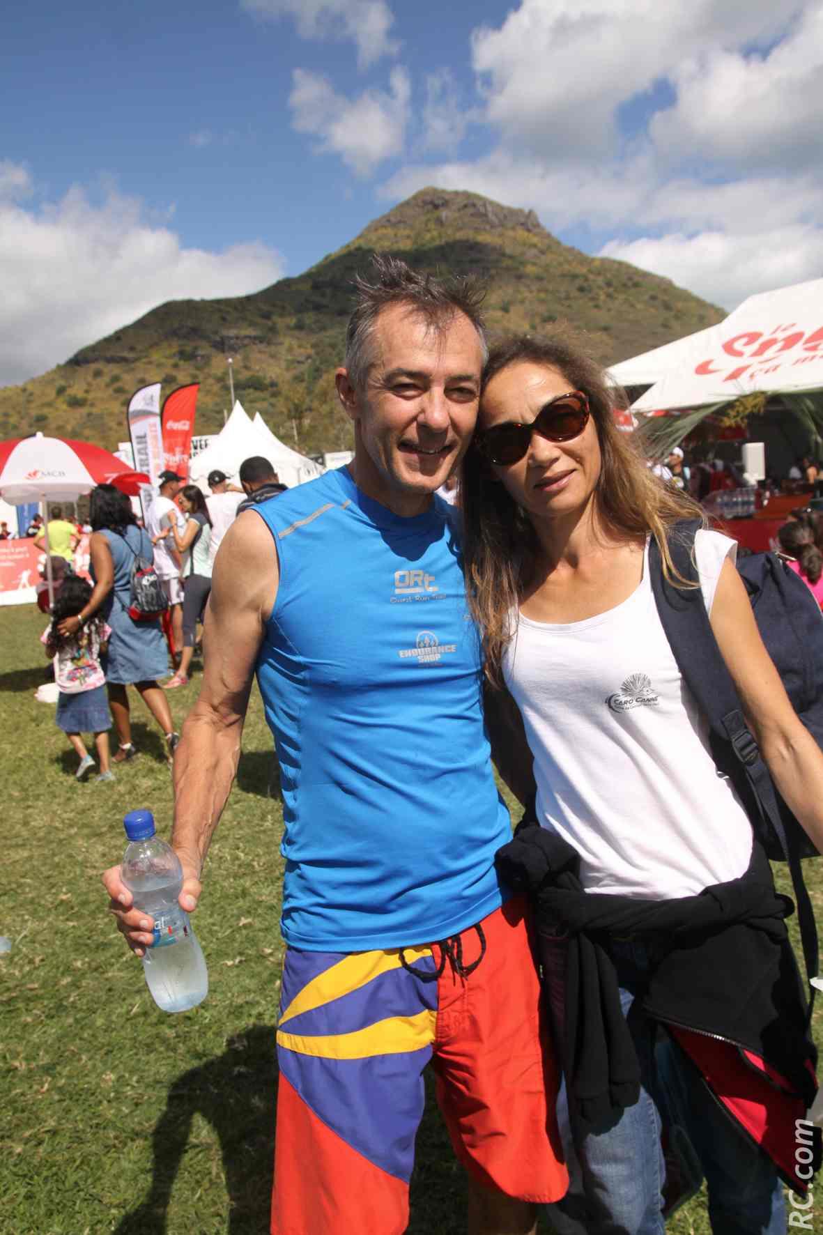 Le Réunionnais Alain Descorsier, 2ème V2 des 25 km, et Nicole Chane Foc, championne du monde de canne de combat. La Réunion lé en l'air!