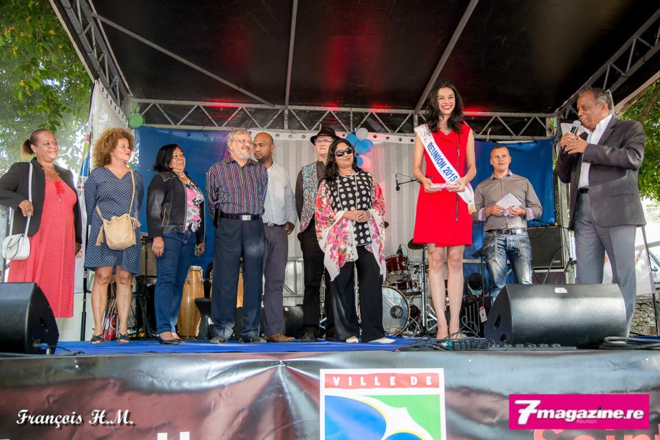 Sur le podium, le maire Gilbert Annette au micro, Azuima Issa, les représentants d'Aclao et les élus de la Saint-Denis