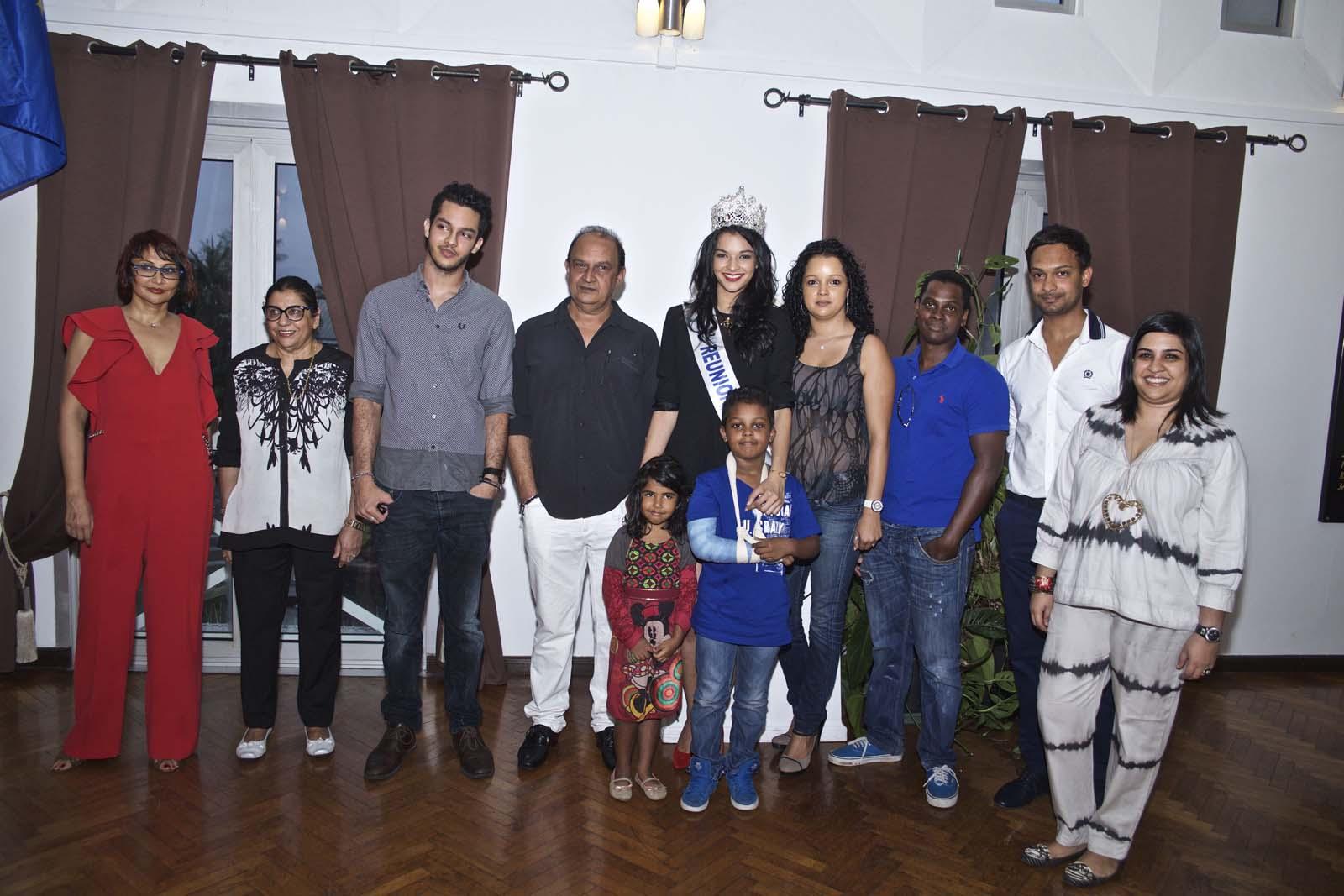 Azuima avec son père à ses côtés et sa famille