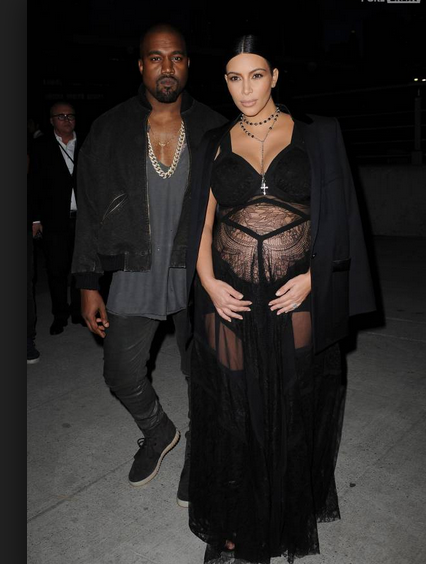 Kim Kardashian impressionnante: enceinte en robe de soirée!