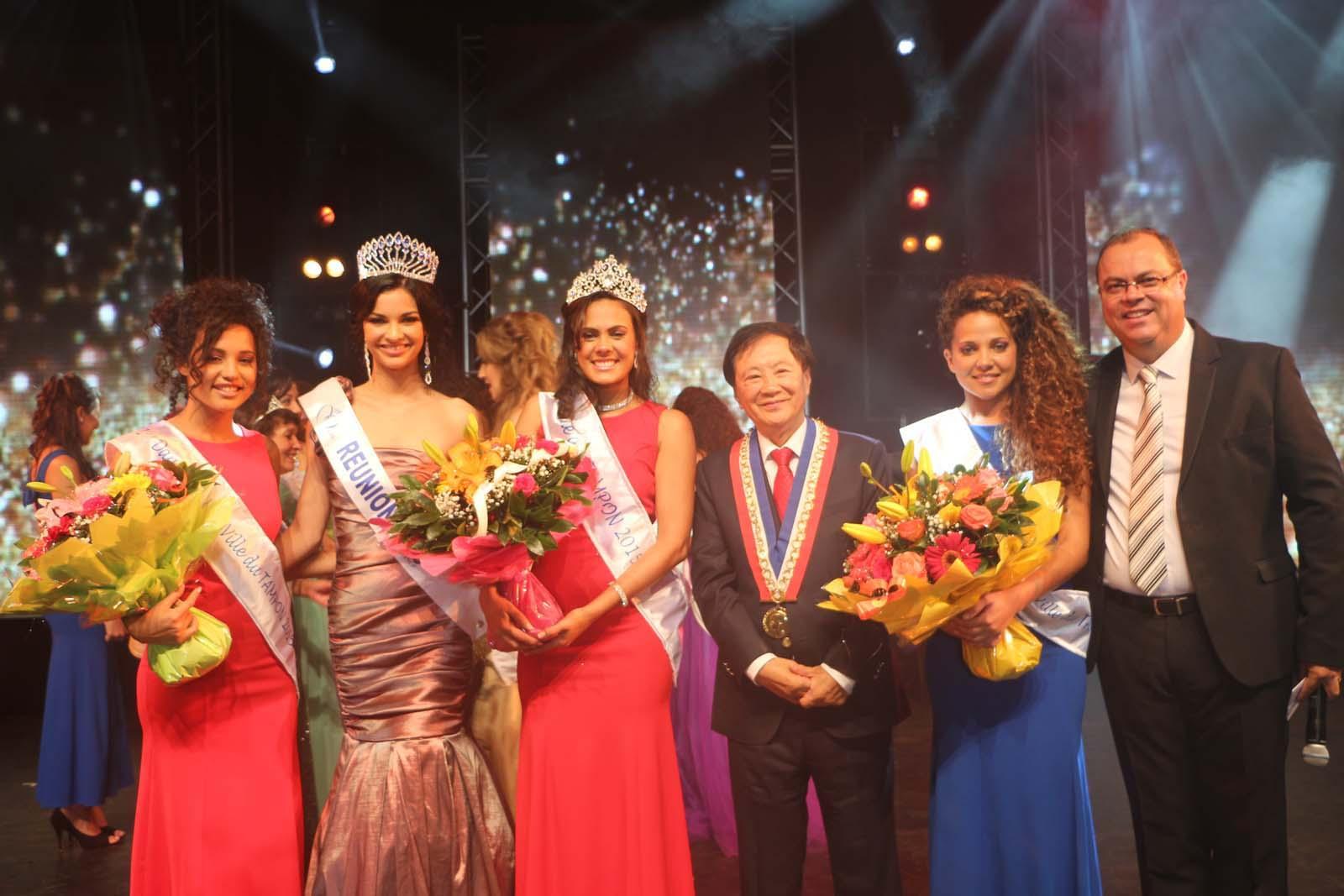 Les lauréates avec Azuima Issa, André Thien Ah Koon et Jacky Calpétard, le présentateur de la soirée